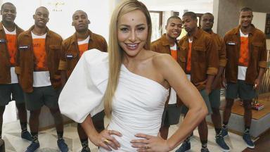 SAbrina Sato ao lado de sete participantes no reality Game dos Clones