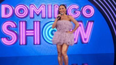 Sabrina Sato de vestido lilás para a estreia do Domingo Show