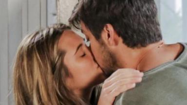 Cena de Salve-se Quem Puder com Luna beijando Alejandro