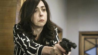 Cena de Salve-se QuemPuder com Verônica segurando uma arma
