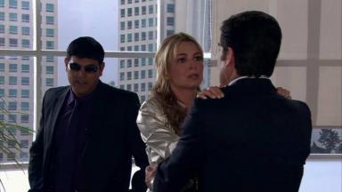 Salviano observa Kendra e Nelson juntos