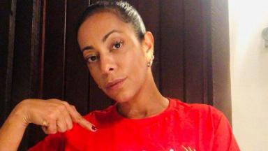 Samantha Schmütz séria, apontando para camisa vermelha
