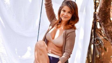 Samara Fellipo posa em um balanço, com dobras na barriga