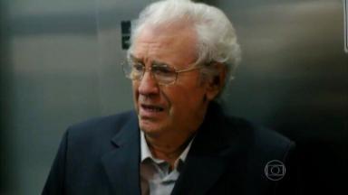 Samuel assustado dentro do elevador