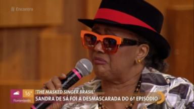 Sandra de Sá no Encontro com chapéu e óculos laranja