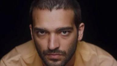 Humberto Carrão olhando fixamente pra câmera