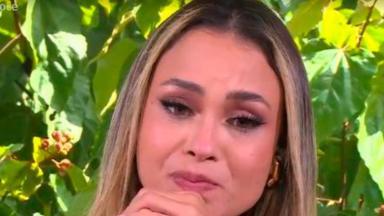 Sarah chora durante participação no Mais Você