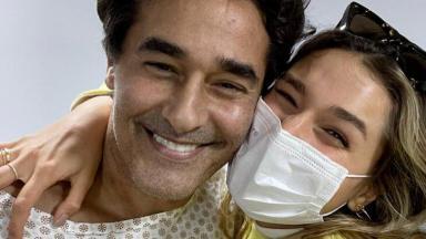 Selfie de Sasha abraçada ao pai, Luciano Szafir, sorridentes