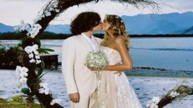 Sasha Meneghel e João Figueiredo posam se beijando em casamento