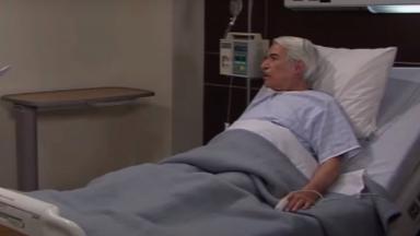 Aníbal deitado na cama do hospital