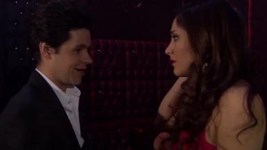 Cena de Amores Verdadeiros com Roy olhando para Liliana