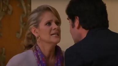 Cena de Amores Verdadeiros com Vitória brigando com Nelson, que está de costas