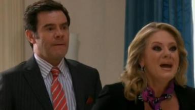 Cena de Amores Verdadeiros com Vitória nervosa de boca aberta e Nelson ao lado dela