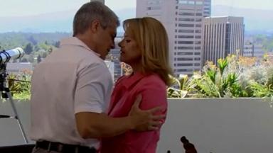 Cena de Amores Verdadeiros com Carlos quase beijando Vitória