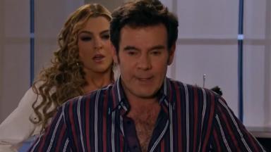 Cena de Amores Verdadeiros com Nelson de costas para Kendra