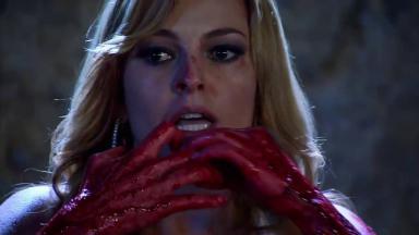 Kendra assustada leva as mãos ensanguentadas ao rosto