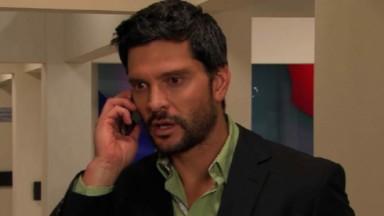 Cena de Amores Verdadeiros com Vicente no telefone