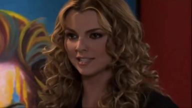 Cena de Amores Verdadeiros com Kendra olhando para frente com cara séria