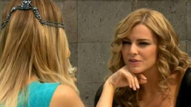 Cena de Amores Verdadeiros com Kendra olhando para Nikki, que está de costas