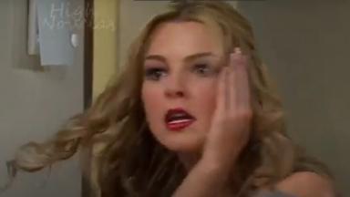 Cena de Amores Verdadeiros com Kendra com a mão no rosto