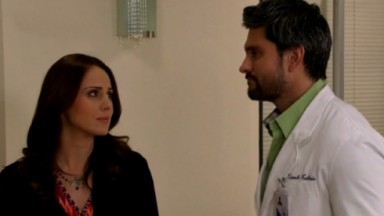 Cena de Amores Verdadeiros com Adriana olhando para Vicente