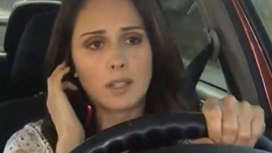 Cena de Amores Verdadeiros com Adriana dirigindo e no telefone