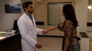 Cena de Amores Verdadeiros com Adriana frene a frente e com uma mão dada a Vicente