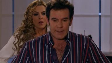 Nelson com Kendra no quarto em Amores Verdadeiros