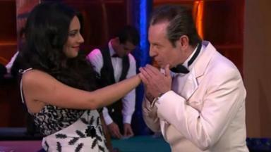 Cena de Coração Indomável com o Governador beijando a mão de Maricruz