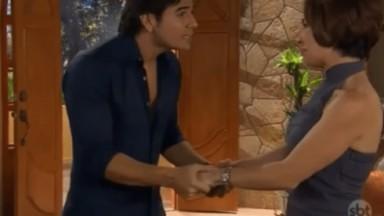 Cena de Coração Indomável com Simone e Otávio de mãos dadas