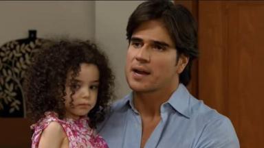 Cena de Coração Indomável com Otávio com a filha no colo