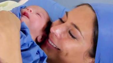 Cena de Coração Indomável com Maricruz sorrindo com um bebê no colo