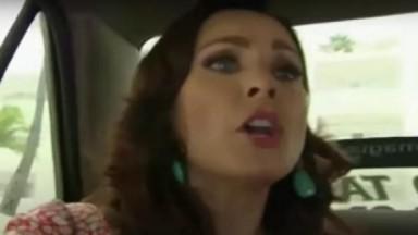 Cena de Coração Indomável com Lúcia gritando com o taxista
