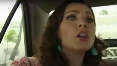 Cena de Coração Indomável com Lúcia dentro de um carro