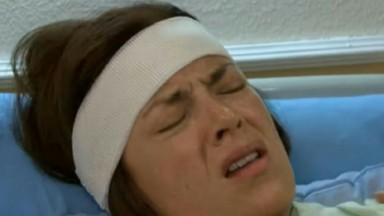 Cena de Coração Indomável com Simone de olhos fechados no hospital e com uma faixa na cabeça