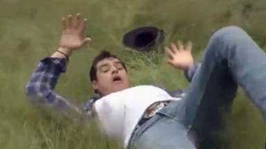 Cena de Coração Indomável com José Antônio caído no chão na fazenda