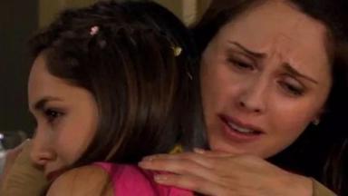 Cena de Amores Verdadeiros com Adriana abraçada com Liliana