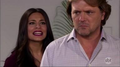 Cena de Coração Indomável com Maricruz atrás de Miguel
