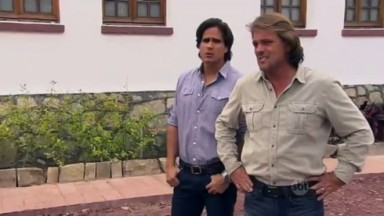 Cena de Coração Indomável com Miguel lado a lado com Otávio
