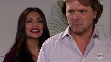 Cena de Coração Indomável com Miguel de costas para Maricruz