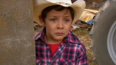Guille chora escondido atrás de um caminhão