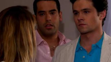 Nikki encara Roy com outro homem