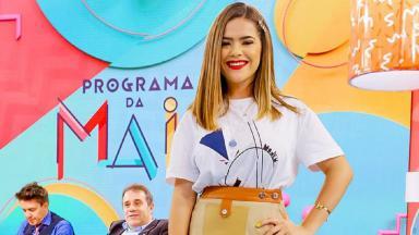 Maisa Silva posa para foto no palco do Programa da Maisa