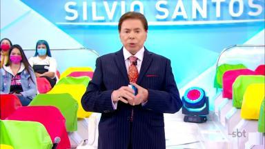 Silvio Santos na gravação de seu programa no SBT com parte do auditório ao fundo