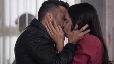 Cena de Te Dou a Vida com Helena e Pedro se beijando