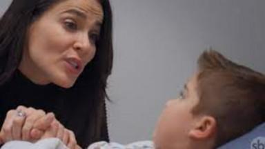 Cena de Te Dou a Vida com Nico deitado no hospital de mãos dadas com Helena, que o olha
