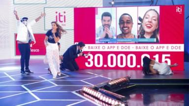 Patrícia Abravanel, Celso Portiolli, Liminha e Simone e Simaria comemoram no palco a meta batida no Teleton 2021