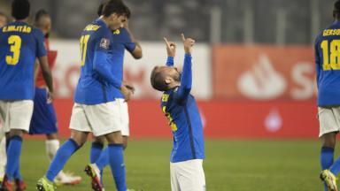 Everton Ribeiro comemorando o gol da seleção brasileira