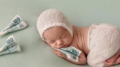 Filho de Patrícia Abravanel em ensaio com notinhas de dinheiro em tecido