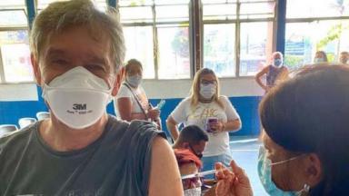 Serginho Groisman sendo vacinado